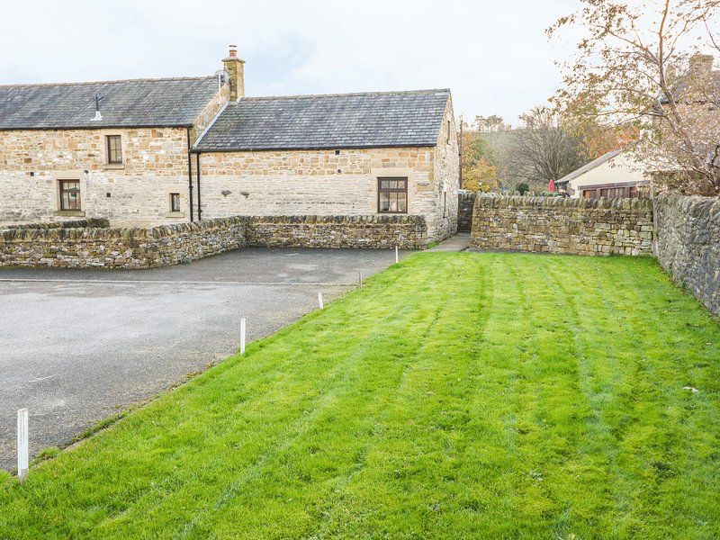 OLD HALL BARN, exposed wooden beams, pub next door, woodburning stove, Ref, holiday rental in Edale