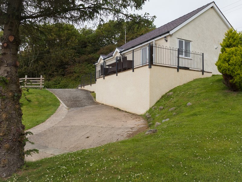 HEN FELIN UCHAF, pet friendly, with a garden in Red Wharf Bay, Ref 3939, vacation rental in Brynteg