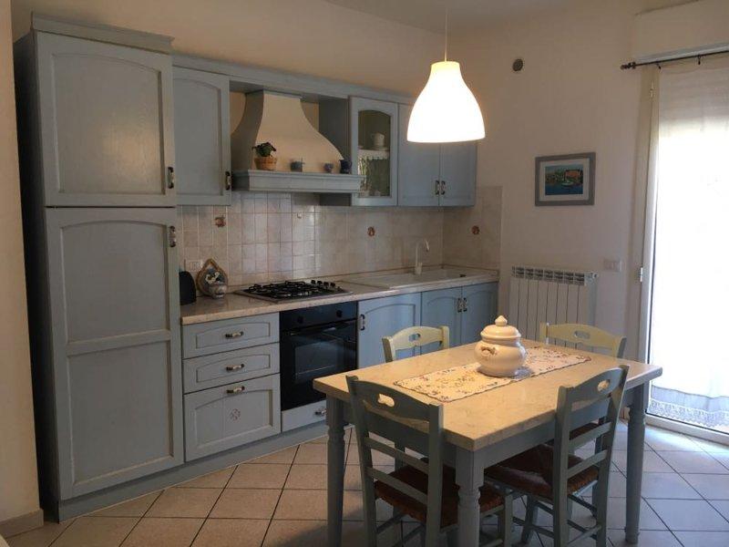 Trilocale 5 posti letto a pian terreno - RIF. BIANCIARDI, vacation rental in San Vincenzo