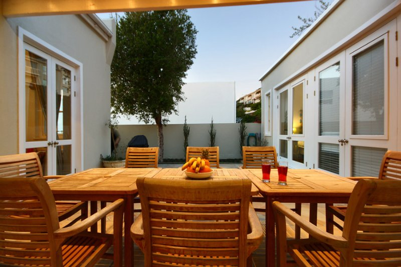 Three Anchor Bay Holiday Home Sleeps 8 with Air Con - 5426246, location de vacances à Sea Point