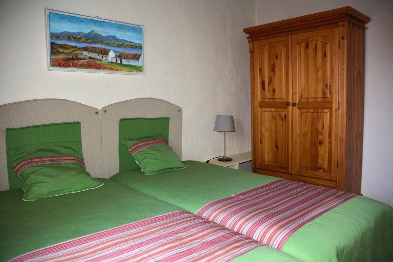 Dormitorio 2 camas individuales casa azul