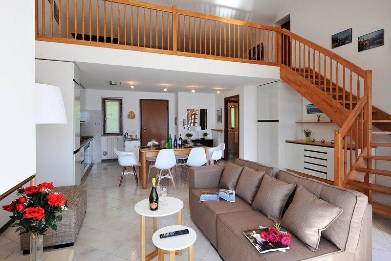 sala de estar con escalera de altillo