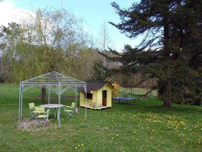 casa para niños y juegos al aire libre