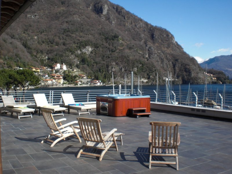 Il Piazzo Apartment Sleeps 12 with Air Con and WiFi - 5771323, vacation rental in Plesio