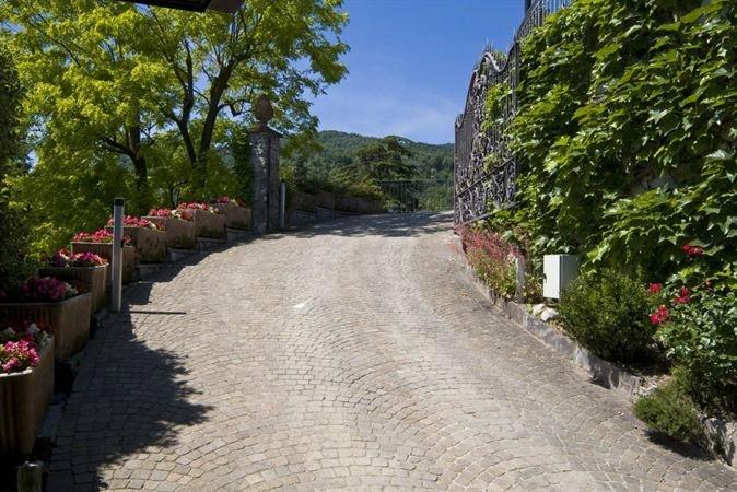 Straße zur Villa führt