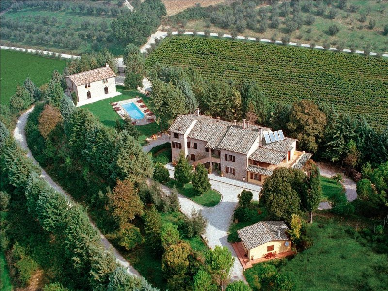 Villa Casolare Perugia, close to Gubbio and Assisi, with panoramic pool, alquiler vacacional en Ramazzano
