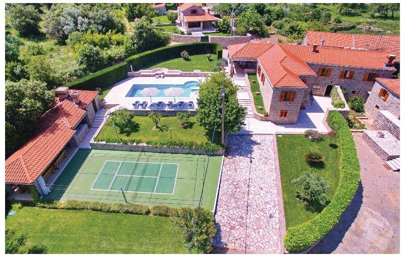 Nice home in Vitaljina with WiFi and 4 Bedrooms (CDD650), alquiler vacacional en Njivice