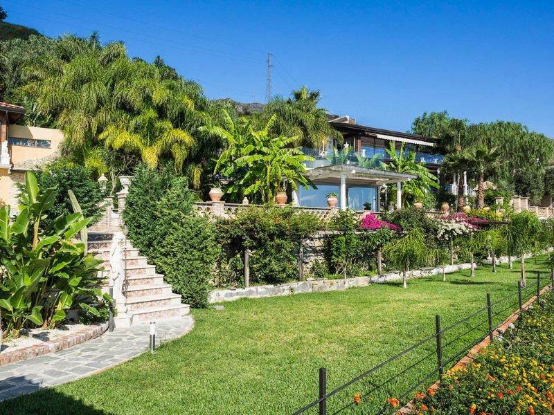 Letojanni Villa Sleeps 8 with Pool and Air Con - 5364847 – semesterbostad i Limina