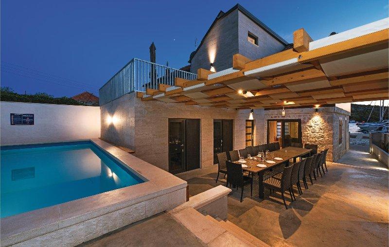 Nice home in Kaprije with Sauna, WiFi and 9 Bedrooms (CDJ303), alquiler vacacional en Kaprije