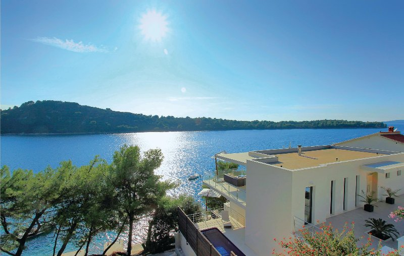 Stunning home in Karbuni with WiFi and 6 Bedrooms (CDS050), holiday rental in Potirna
