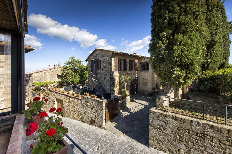 Montalcino Villa Sleeps 6 with Pool Air Con and WiFi - 5242154, vacation rental in Montalcino