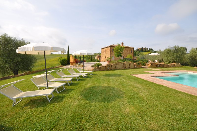 Palazzolo Villa Sleeps 10 with Pool Air Con and WiFi - 5241654, alquiler vacacional en Castelmuzio