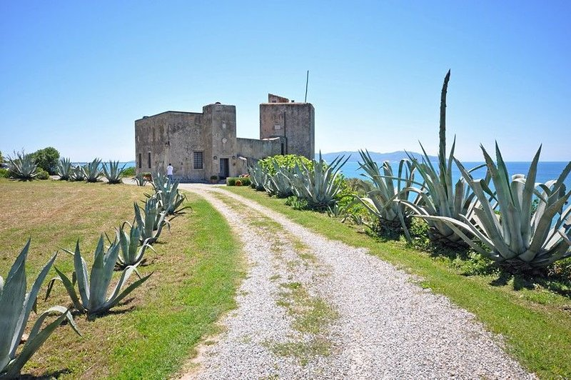 Fonteblanda Castle Sleeps 12 with Pool Air Con and WiFi - 5241234, holiday rental in Fonteblanda