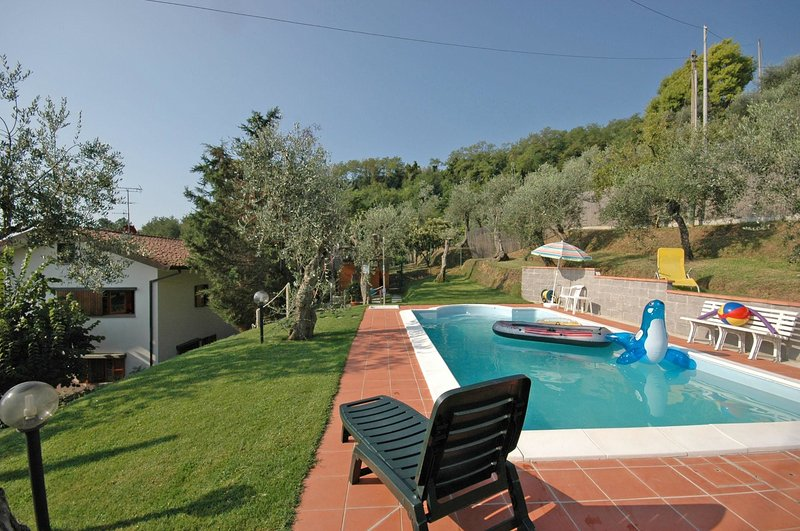 Massa Villa Sleeps 10 with Pool and WiFi - 5241359, holiday rental in Colle di Buggiano