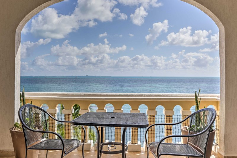 Don't hesitate to make this well-appointed 1-bedroom, 1-bathroom vacation rental condo your new home-away-from-home in sunny Cancun!