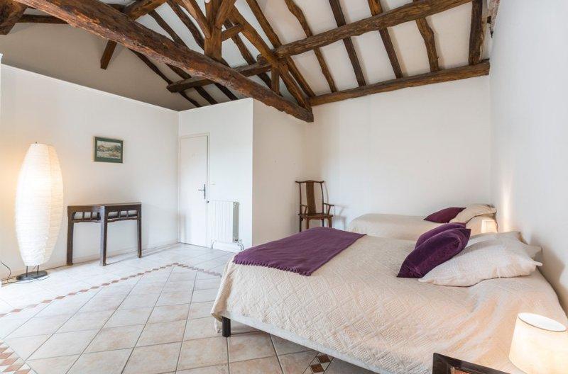Espiens Villa Sleeps 8 with Pool - 5217971, holiday rental in Montagnac-sur-Auvignon