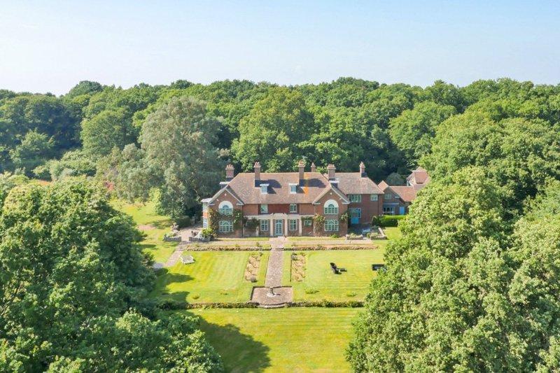 Robertsbridge Chateau Sleeps 16 with Pool - 5217881, location de vacances à Burwash