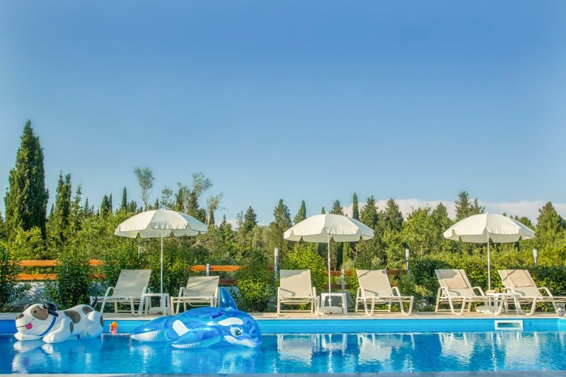 Gazatika Villa Sleeps 8 with Pool and Air Con - 5218018, location de vacances à Poulades