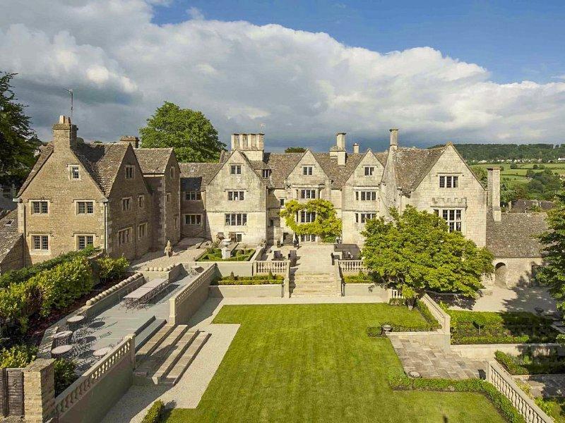 Painswick Chateau Sleeps 22 with Pool - 5217791, alquiler vacacional en Cranham
