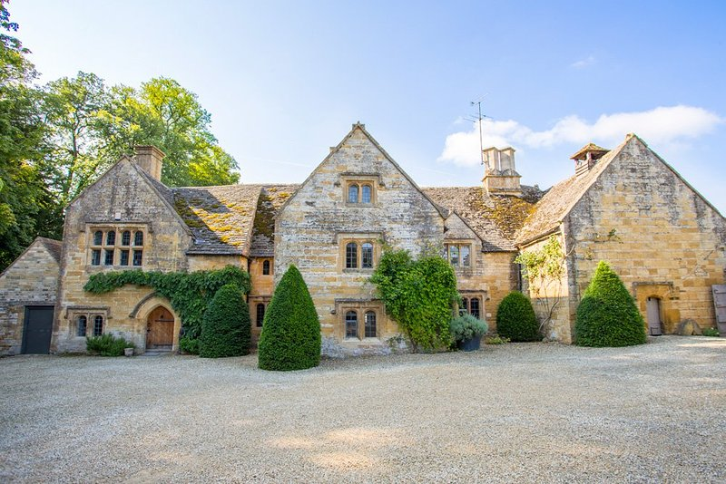 Temple Guiting Chateau Sleeps 30 with Air Con - 5217570, vacation rental in Temple Guiting