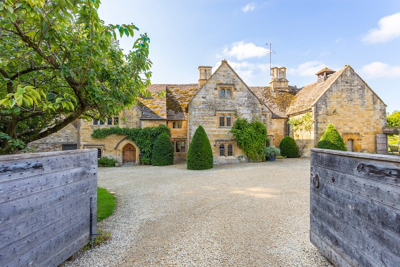 Temple Guiting Chateau Sleeps 12 - 5217573, vacation rental in Temple Guiting