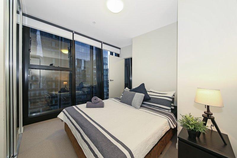 Une chambre avec un grand lit et des oreillers moelleux.