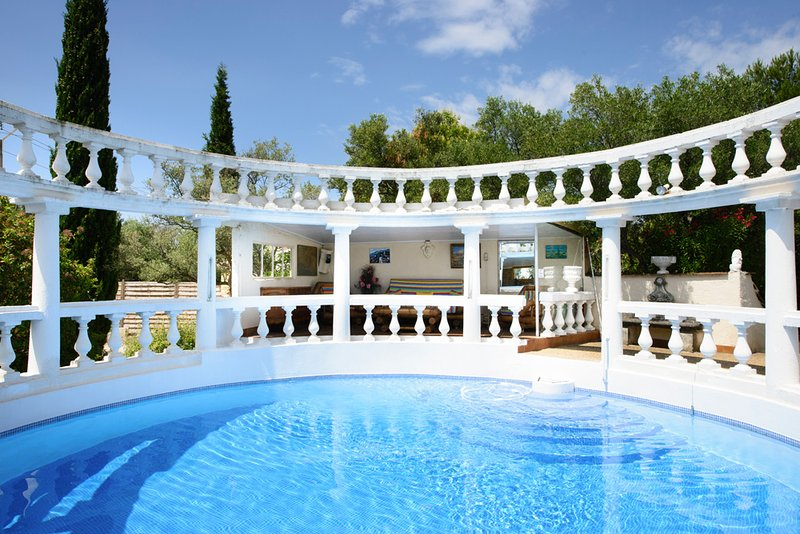 Beaucaire Villa Sleeps 15 with Pool - 5049392, holiday rental in Vallabregues