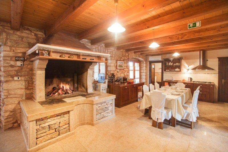 Modrusani Villa Sleeps 12 with Pool and Air Con - 5048835, holiday rental in Vidulini