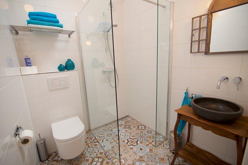 acogedor cuarto de baño con azulejos portugueses y calefacción por suelo radiante