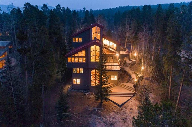 Das große Deck wickelt sich um den fünfstöckigen Haus und führt direkt zur Haustür.