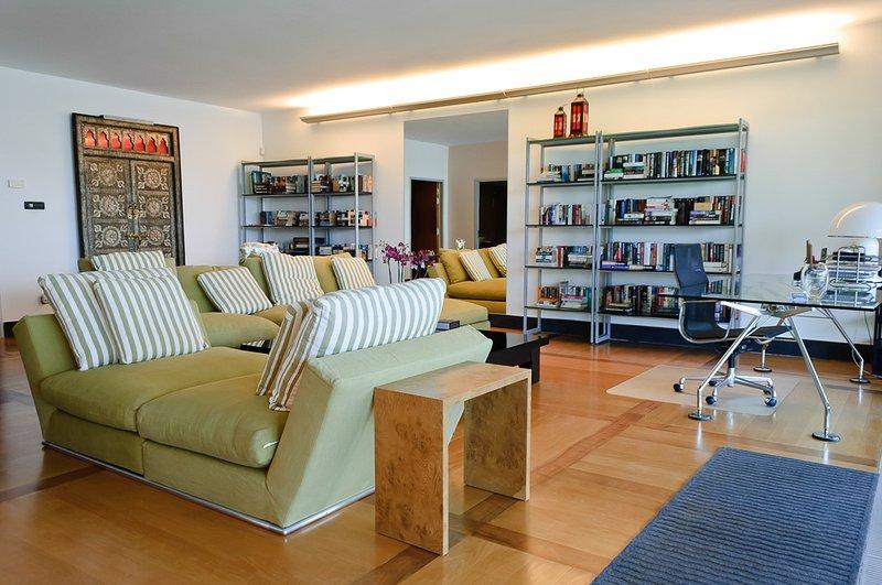 FASCINANTE sala de biblioteca y OFICINA CON PISCINA Y VISTAS AL MAR