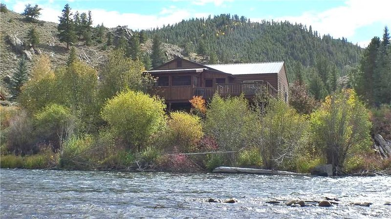 Gorgeous 4 BR Cabin on Taylor River With Private Hot Tub at Three Rivers Resort in Almont (#22), alquiler vacacional en Pitkin