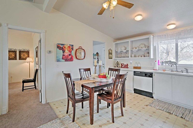 Cozy Ferron Home w/Porch & Mtn Views -Walk to Town, location de vacances à Orangeville