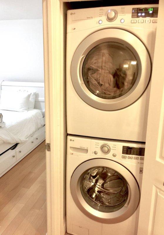 Rester un certain temps? Vous allez vouloir être en mesure de faire votre lessive dans la laveuse d'empilage LG / sèche-linge