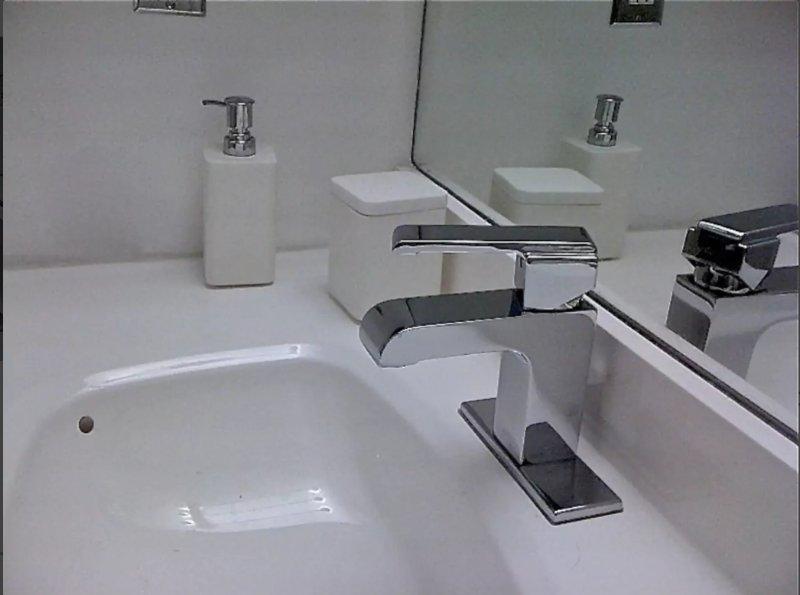Salle de bain est fraîchement rénové avec des finitions de qualité et une vanité d'érable blanc.