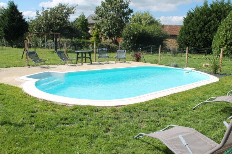 Maison 4/6 personnes avec piscine privee, holiday rental in Saint-Yrieix-la-Perche