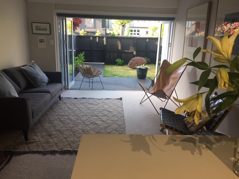 Modern apartment 50 metres to great cafes, Hagley Park and top restaurants!, vacation rental in Christchurch