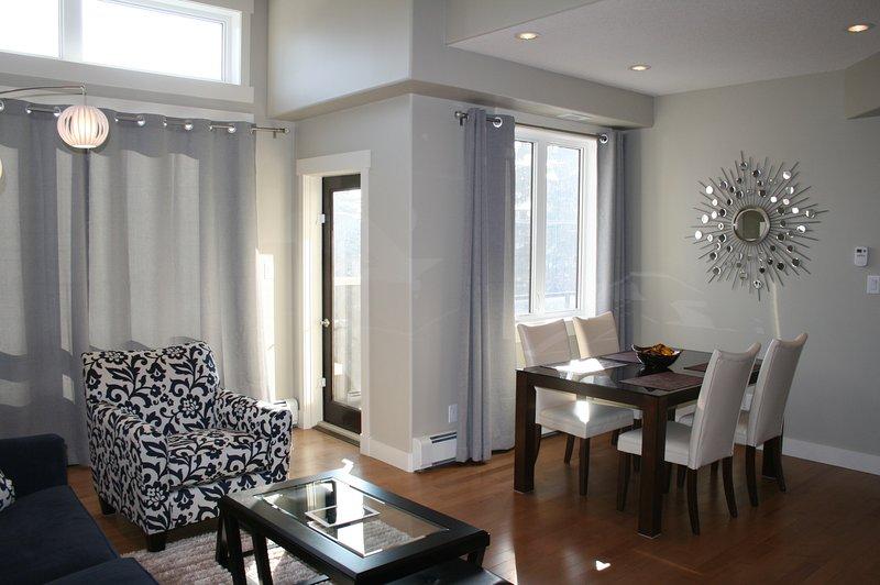 Sala com área de jantar mostrando plataforma porta