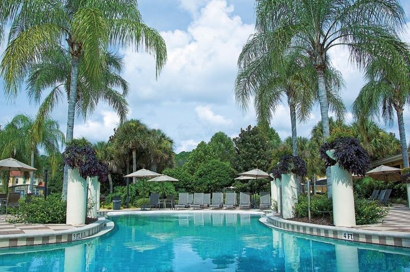 Encantada piscina y sala de estar