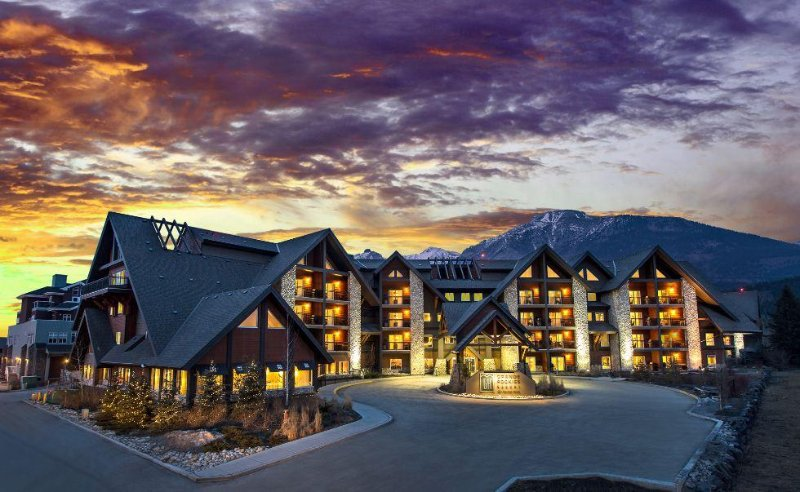 Grande Rockies Resort Exterior Night
