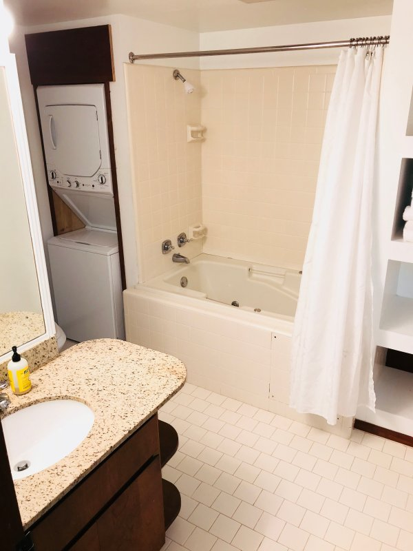 Baño con bañera grande y una lavadora / secadora
