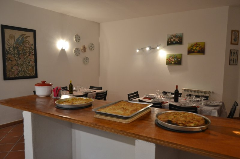 taberna, son el almuerzo y la cena panorámica con focaccia típica de Liguria listo para ser servido