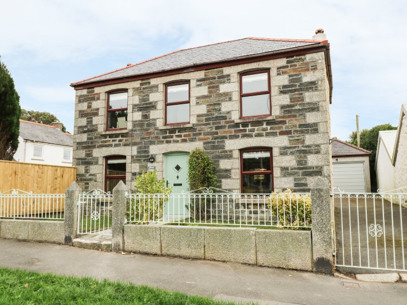 HAZEL COTTAGE well presented granite cottage, enclosed garden, off street, holiday rental in Wendron