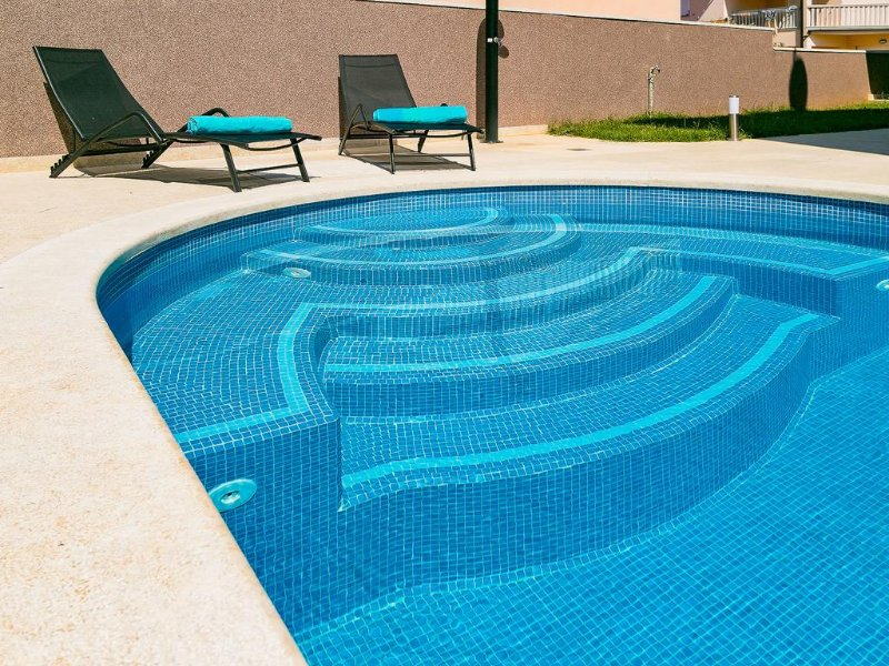 Luxury holiday house for 8 person with outdoor swimming pool and garden, aluguéis de temporada em Loborika