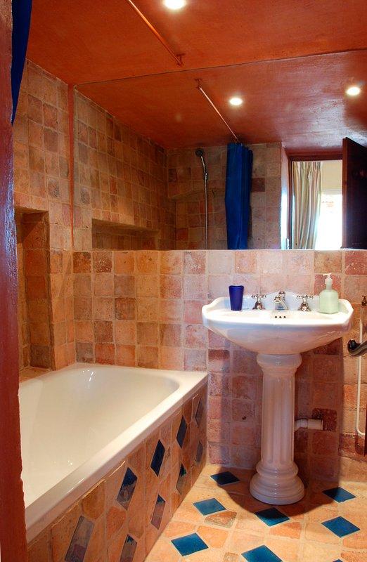 Sunflower Suite bathroom