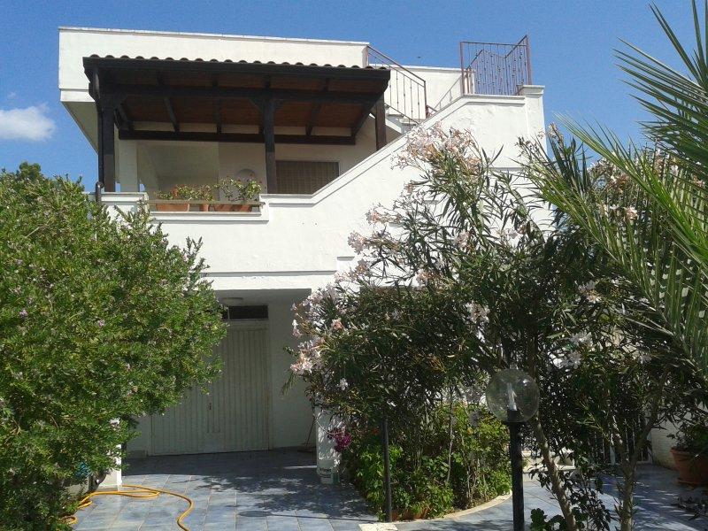 Sulla bella costa del Salento appart con 8 posti letto in villetta bifamiliare, aluguéis de temporada em Torre Rinalda
