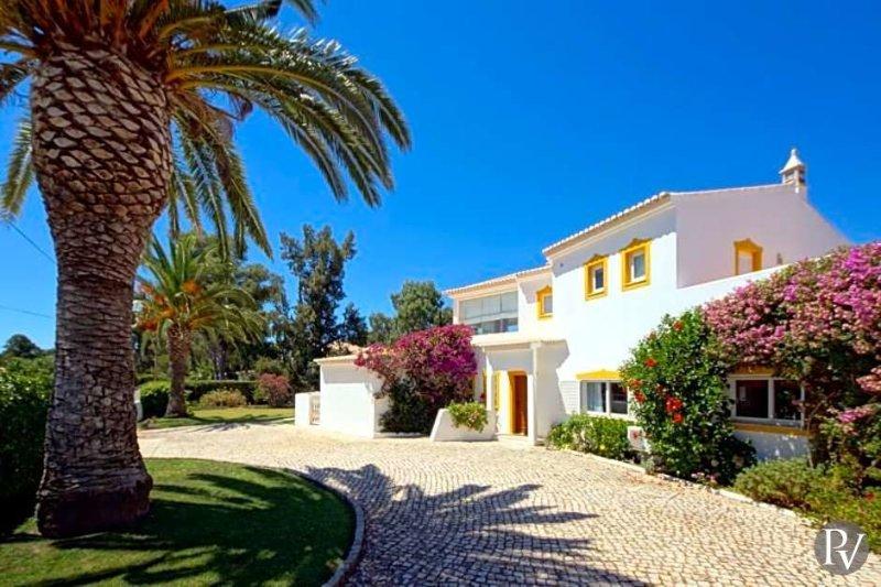 Alvor Villa Sleeps 8 with Pool Air Con and WiFi - 5433487, location de vacances à Figueira