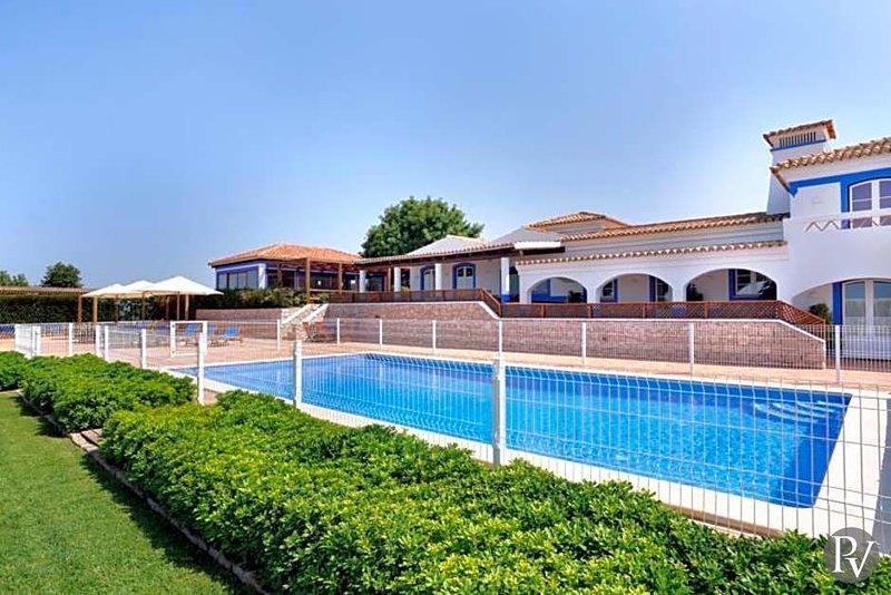 Malhadais Villa Sleeps 14 with Pool Air Con and WiFi - 5433077, holiday rental in Cerca Velha