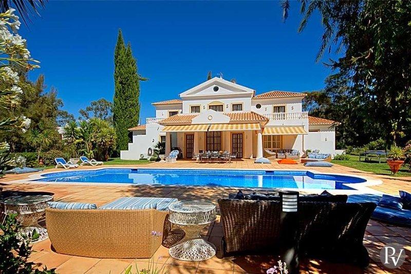 Alvor Villa Sleeps 10 with Pool Air Con and WiFi - 5433003, location de vacances à Figueira