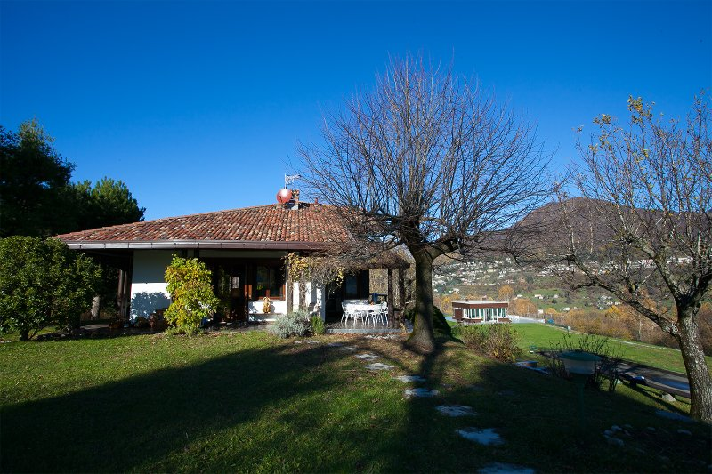 Veglio Villa Sleeps 6 with WiFi - 5841370, vacation rental in Dizzasco